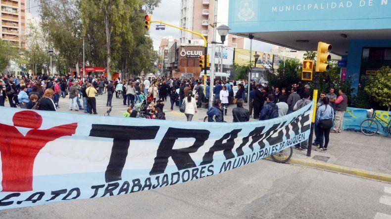 Trabajadores municipales y estatales protestaron en pleno centro y bloquearon varias calles. Los automovilistas debieron armarse de paciencia para poder transitar. La circulación fue muy lenta.