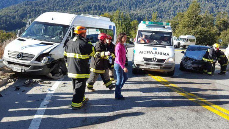 Una combi de turismo y un Renault Logan impactaron en la curva próxima al puente de Ruca Malén.