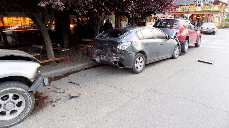La camioneta Isuzu provocó que tres autos estacionados chocaran.