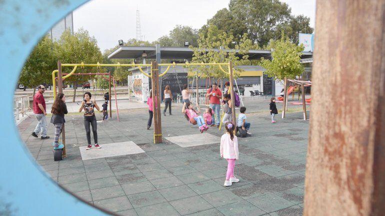 Los chicos disfrutan los juegos del espacio recreativo de calle Mitre.