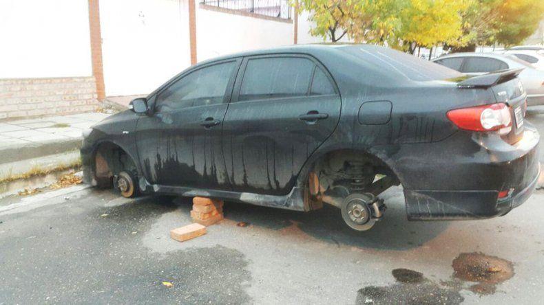 Los robarruedas, sin piedad: le dejaron el auto en el aire