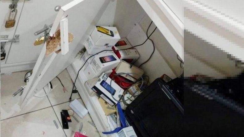 Los ladrones rompieron la puerta y se llevaron los teléfonos.