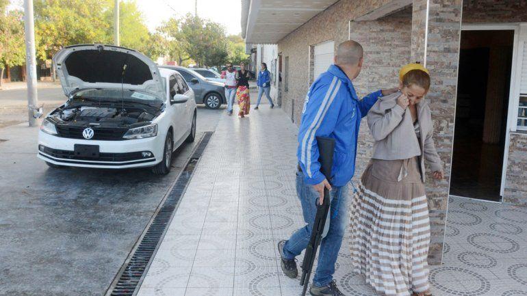 Nuevamente los policías de Delitos Económicos allanaron en Winter y Libertad. Detuvieron a seis gitanos