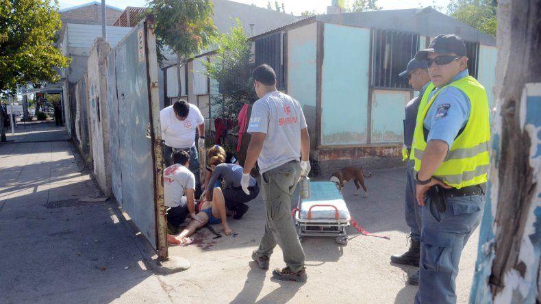El menor en el piso recibiendo la asistencia del personal del SIEN.