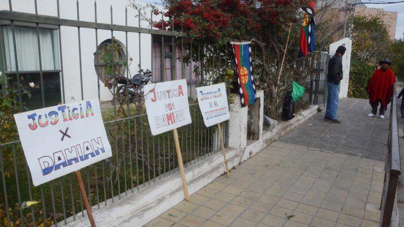 Las pancartas en reclamo de Justicia afuera de la sede de Antártida Argentina