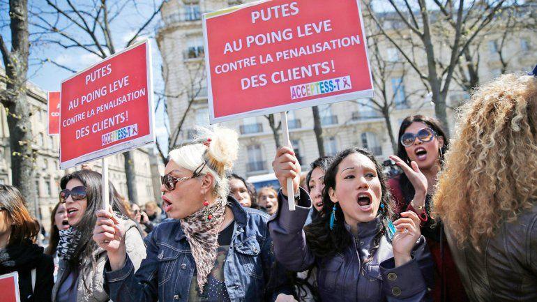 Un grupo de prostitutas frente a la sede de la Asamblea Nacional en París