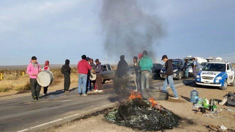 Largas colas de vehículos y camiones se formaron en el ingreso a Huincul.