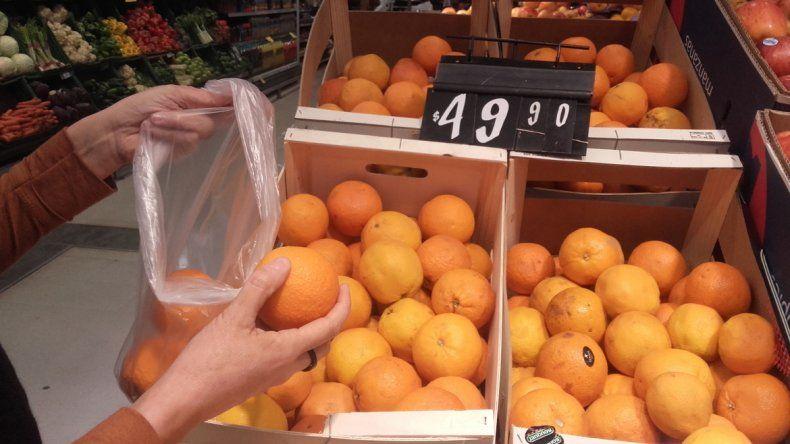 Los consumidores ahora ponen más atención a las ofertas. La naranja está cara por la escasez en el mercado.
