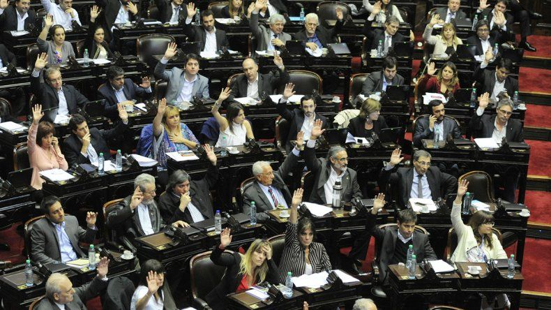 Los diputados durante la sesión.