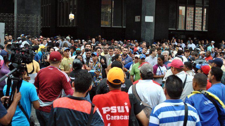 Activistas oficialistas y de la oposición