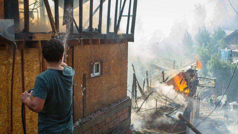 Las ruinas que dejó el fuego que consumió las casas. Abajo
