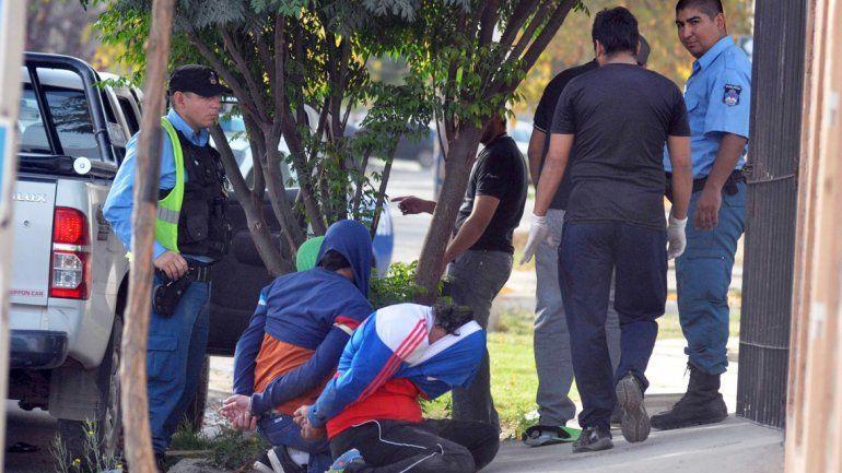 El Bolita y dos cómplices ingresaron a la casa de un hombre en el barrio Melipal para cobrar una deuda.