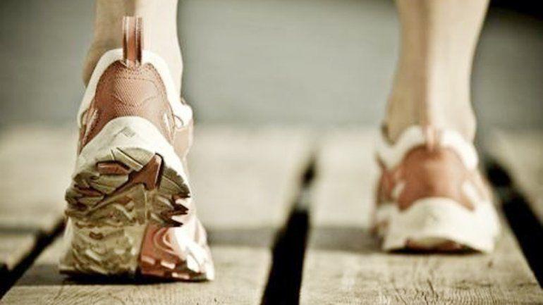 Pies pegados al suelo: disminuye el desgaste articular.
