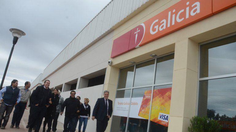 Empresarios y autoridades del municipio inauguraron la sede del Banco Galicia que ya funciona en el shopping.