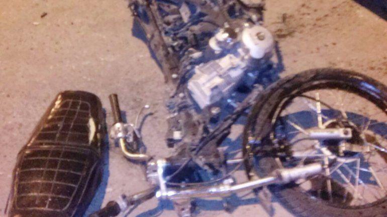 La moto quedó tirada tras el impacto de la camioneta.