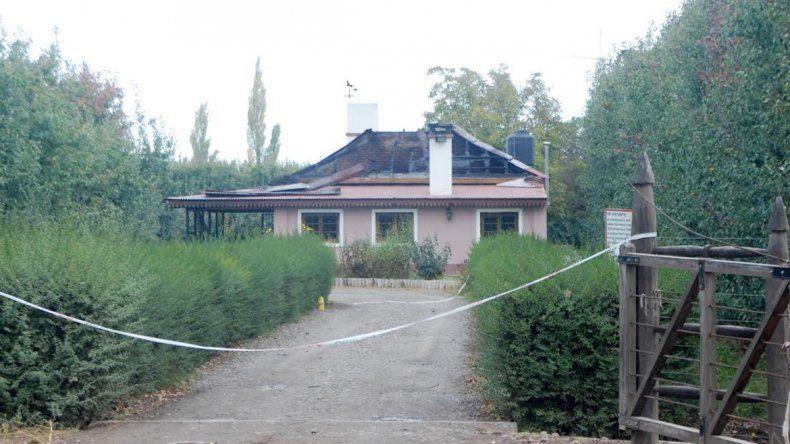 Creen que el asesino quemó la casa para confundir a la Policía.