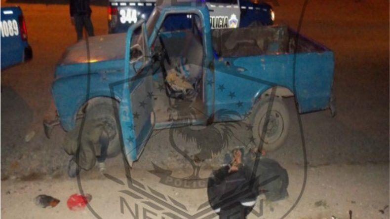 La vetusta camioneta Chevrolet en la que intentaron huir los cinco delincuentes.