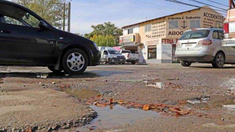 La calle Godoy es la que más tránsito presenta en el oeste de la ciudad. El asfalto ya no aguanta más de tantos parches y resulta muy difícil circular.