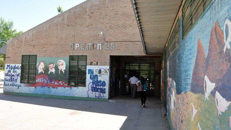Polémica en el CPEM 25: aseguran que no dejan entrar a los estudiantes con crocs