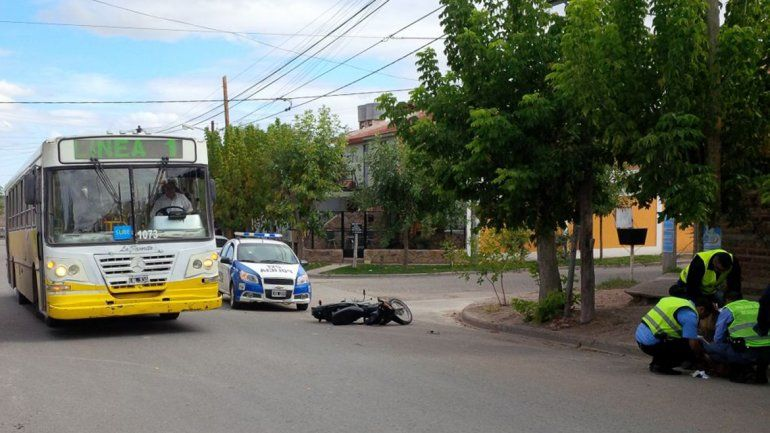 Los policías revisan la cartera que llevaban los motochorros accidentados.