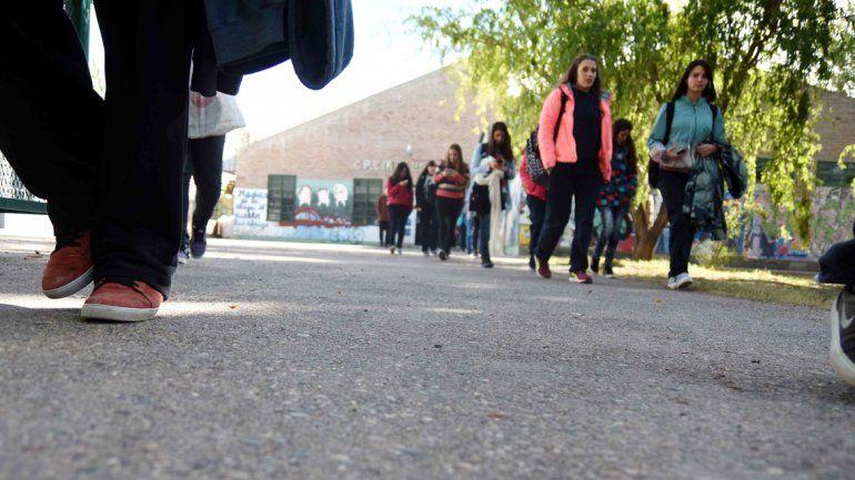 El colegio quedó en medio de la polémica por el uso del calzado de goma.