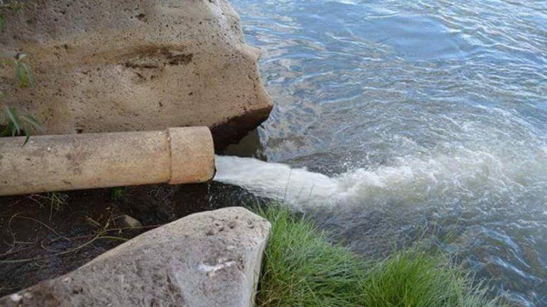 Los vecinos afirman que el río Agrio está contaminado por efluentes sin tratar.
