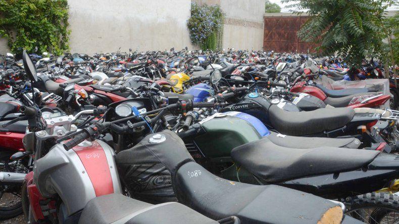 La cantidad de motos en los depósitos impresiona. La Policía debe verificar los dominios y buscar a los dueños.