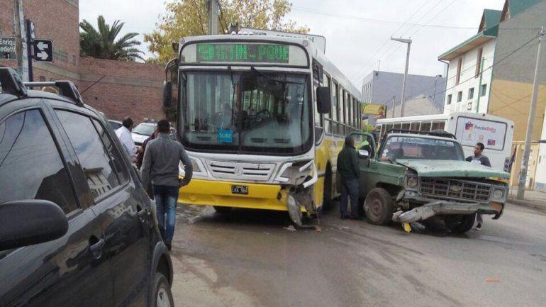 Un colectivo y una camioneta chocaron en la esquina de San Martín y Benedetti.
