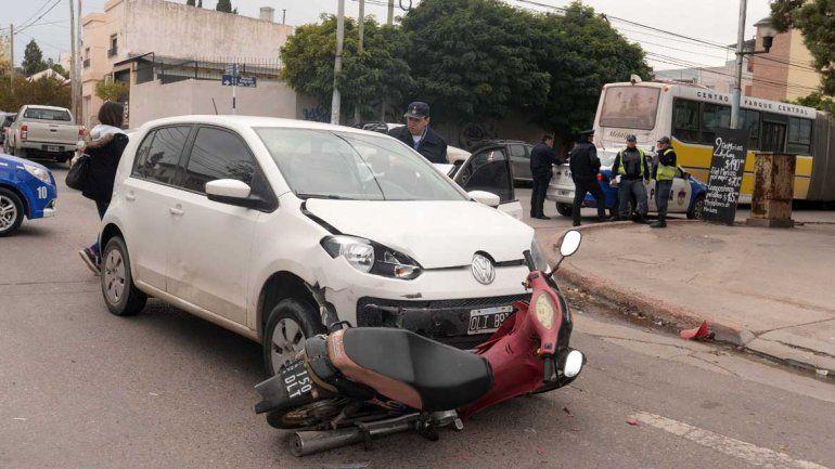 Un auto chocó a una moto en la esquina de Belgrano y Brentana
