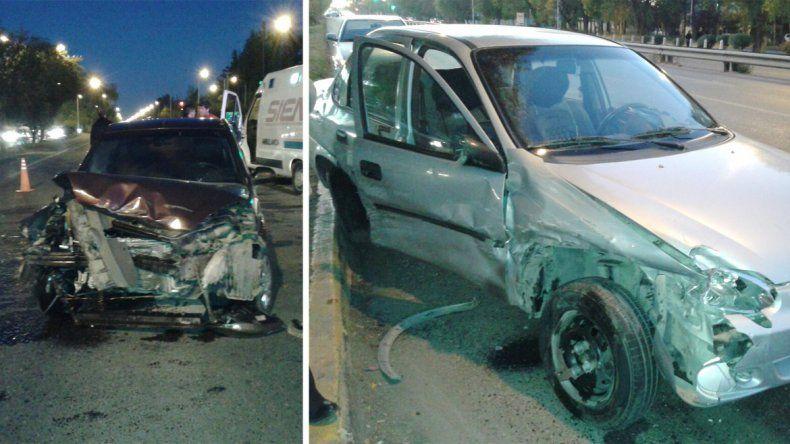 Ambos vehículos sufrieron daños importantes: Ford Fiesta (izq) y Chevrolet Corsa (der).
