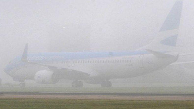 Hubo vuelos cancelados y reprogramados por la niebla