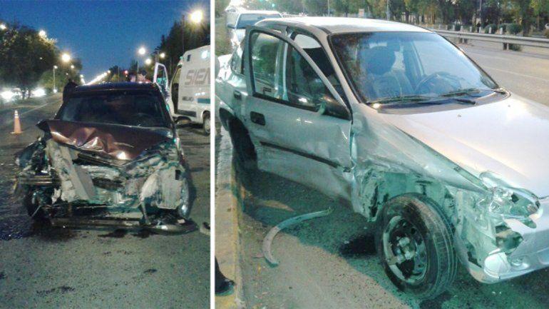 Ambos vehículos sufrieron daños significativos por la imprudencia del policía.