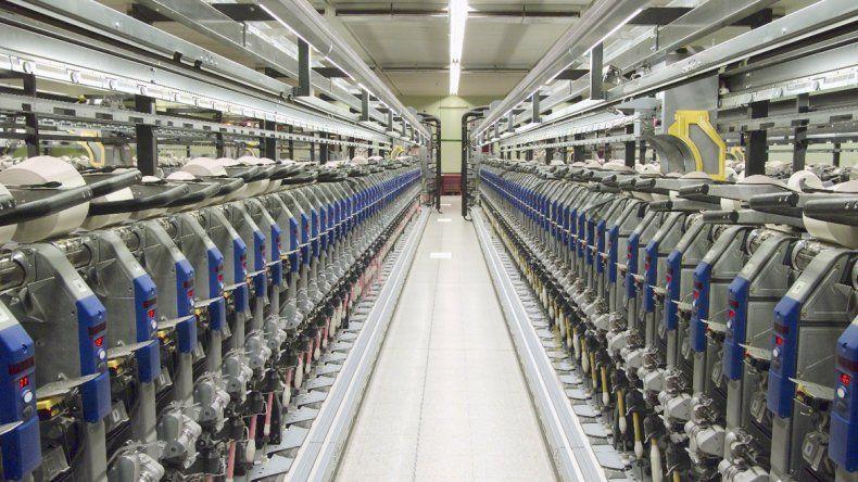 Taller robotizado de una textil japonesa. Produce más optimizando los costos.