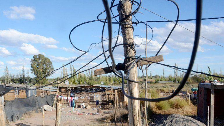 Las conexiones clandestinas producen serios riesgos de vida para los ocupantes de lotes y pérdidas a las empresas eléctricas. Es por eso que se impulsa la regularización de las tomas.