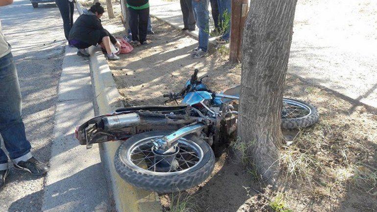El joven se cayó de la moto en calle Persineck casi Chacabuco de Cutral Co.