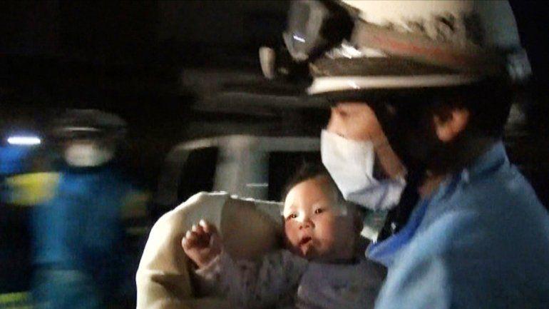 Un rescatista con un bebé en brazos en Kumamoto.