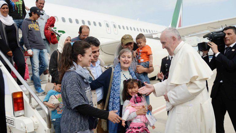 El Papa da la bienvenida a los migrantes a Roma. Él mismo los trajo de Grecia en el avión que lo trasladó a ese país.