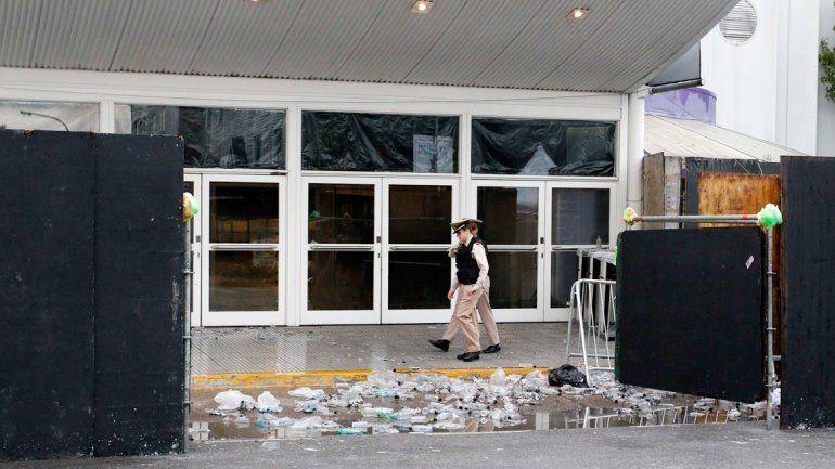 Estado en el que quedó la entrada del local donde se realizó la fiesta electrónica que terminó muy mal.