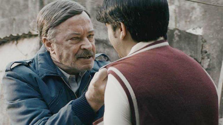 Oscar Martínez interpreta a un despiadado y desagradable comisario del pueblo donde se refugia Kóblic.