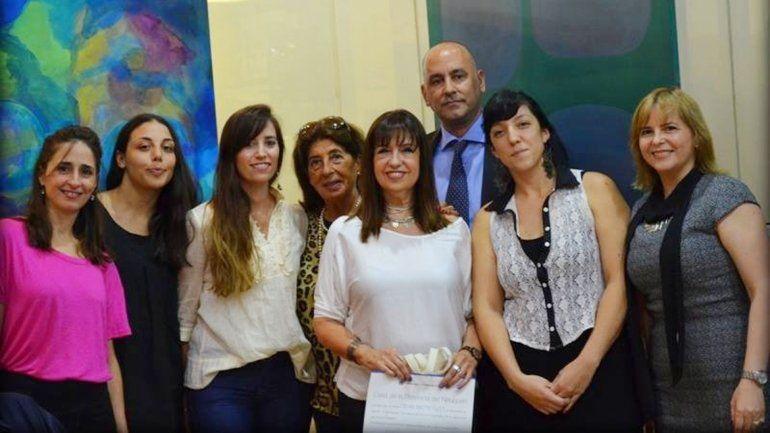 El equipo de Casa del Neuquén junto a la artista durante la inauguración de la muestra.