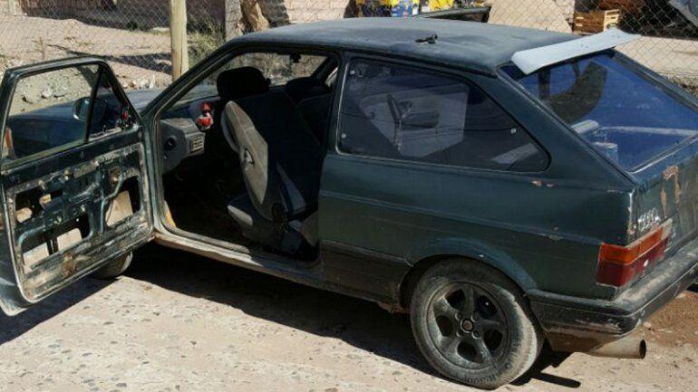El VW Gol en el que esperaban los delincuentes para dar el golpe.