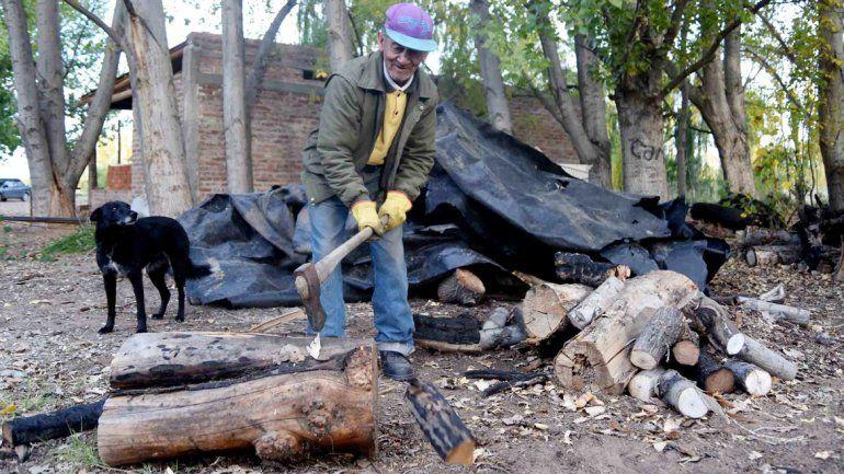 Cortar leña no es una costumbre del siglo pasado. Para algunos vecinos es la salvación de un duro invierno.