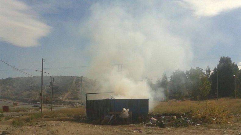 Quemaron otro contenedor de basura en la zona Oeste