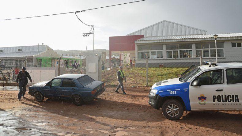 El patrullero custodiando la salida en la polémica Escuela Nº 356