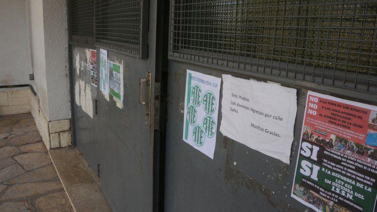 Así estaban las puertas de la escuela 201