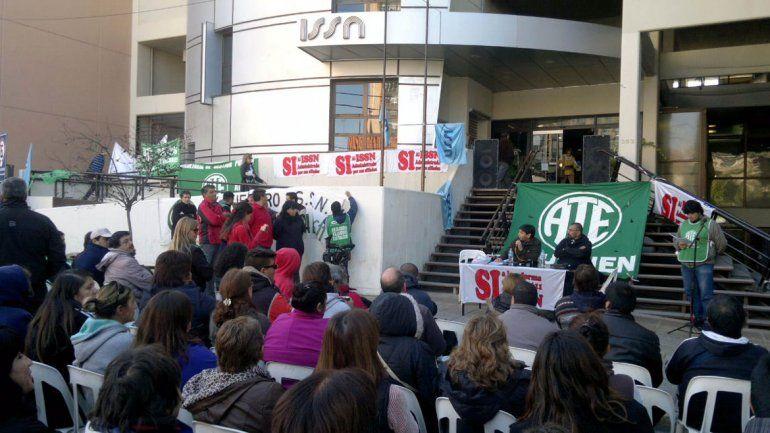 Estatales neuquinos se manifestaron en las puertas del ISSN