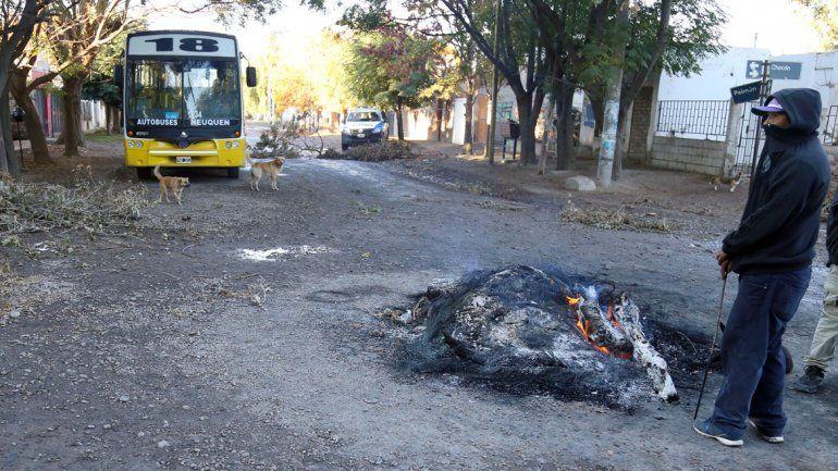 Una disputa entre familias del barrio Los Pumas en el sector Confluencia provocó que una vecina decidiera retener un colectivo de Indalo.