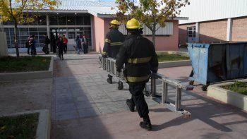 Ni bien se produjo la explosión, los alumnos fueron llevados al patio del edificio educativo del barrio Gran Neuquén, donde acudieron los bomberos.