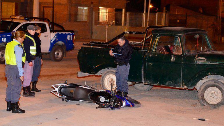 La Motomel 125 cc de Leonardo Tapia quedó tirada al lado de la camioneta.