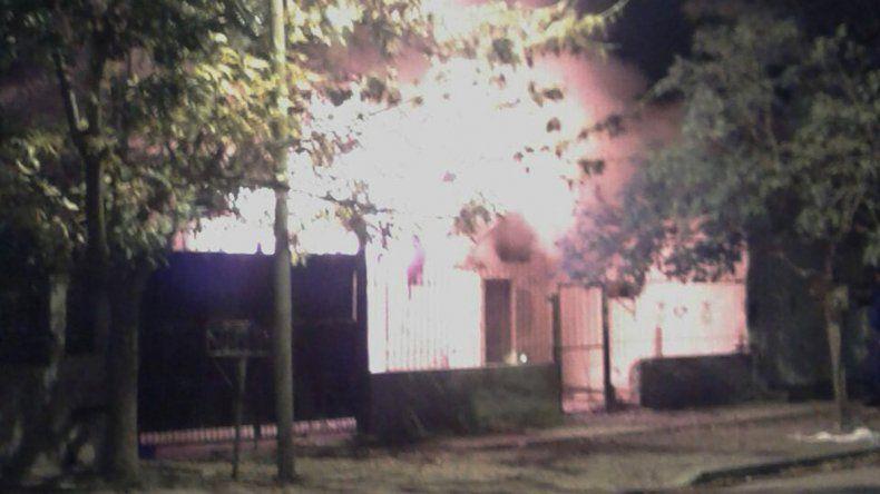 Incendiarion una casa en Abraham Gotlip al 4300 del barrio San Lorenzo.